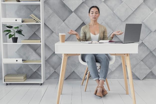 Vue de face, jeune femme, au bureau