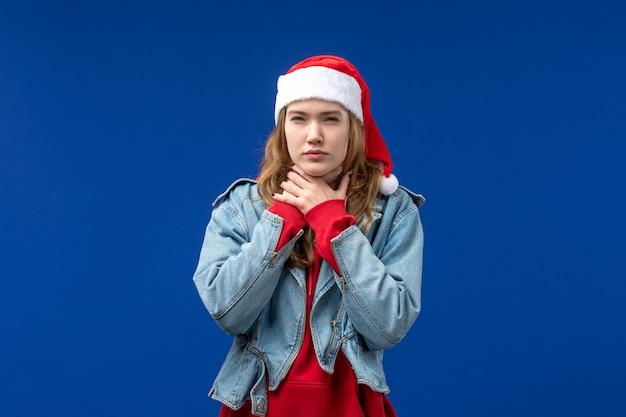 Vue de face jeune femme ayant mal à la gorge sur fond bleu couleur de l'émotion de noël