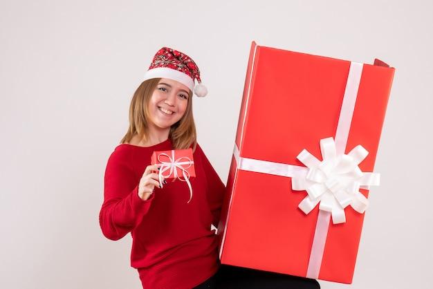 Vue de face jeune femme avec des cadeaux