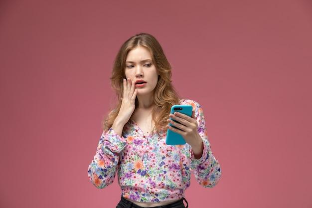Vue de face jeune femme choquée par une nouvelle photo