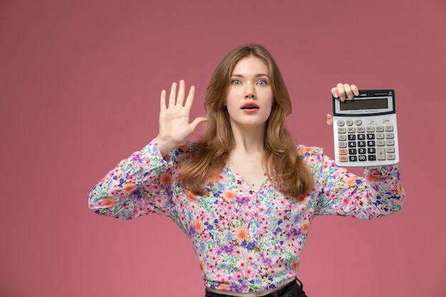 Vue de face jeune femme choquée par son résultat de calcul