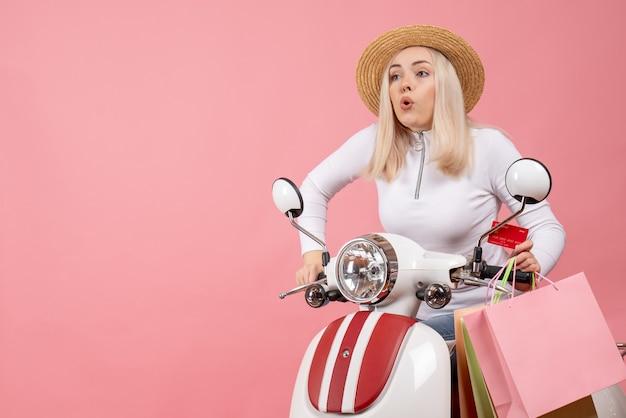 Vue de face jeune femme sur cyclomoteur pressé