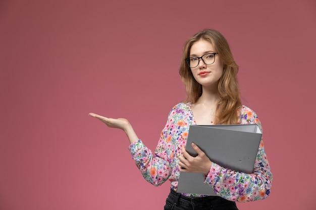 Vue de face jeune femme donnant la main vide avec son document