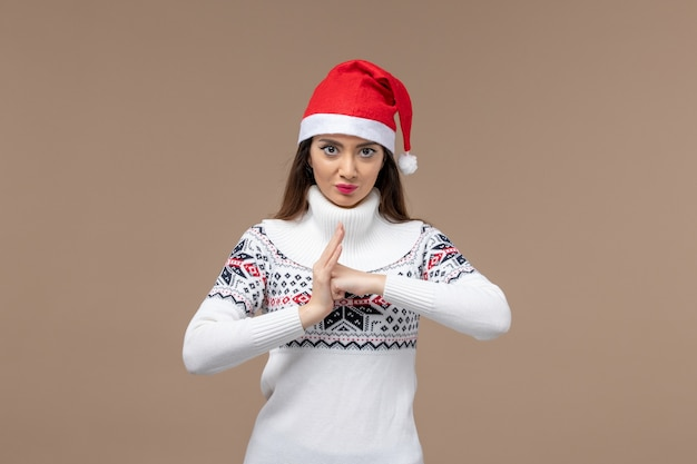 Vue de face jeune femme avec une expression de colère sur fond brun émotion de noël nouvel an