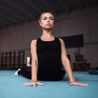 Vue de face jeune femme formation pour les jeux olympiques de gymnastique