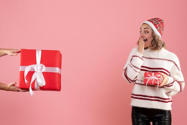 Vue de face jeune femme avec homme lui donnant un autre cadeau