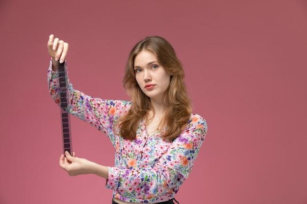 Vue de face jeune femme illustre une bande de film