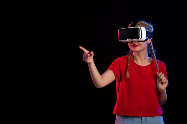 Vue de face d'une jeune femme jouant à la réalité virtuelle sur un visuel fantastique à ultrasons