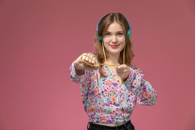 Vue de face jeune femme jouant avec son casque