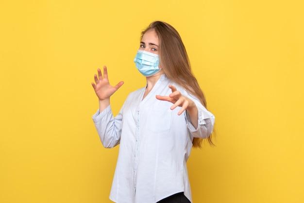 Vue de face de la jeune femme en masque