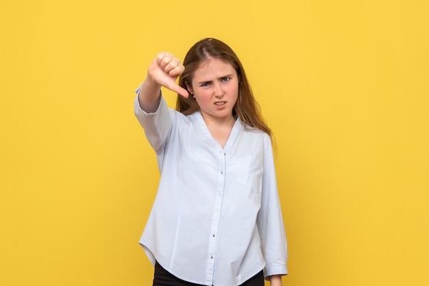 Vue de face de la jeune femme mécontente