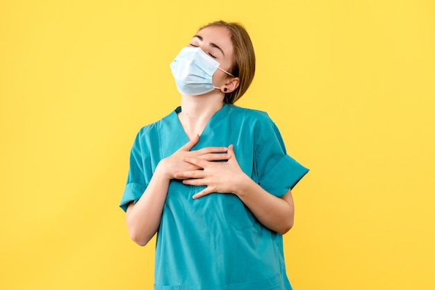 Vue de face d'une jeune femme médecin ravie