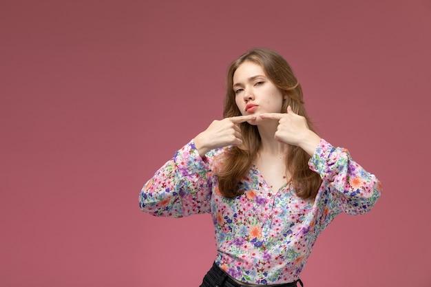 Vue de face jeune femme montre son petit bouton