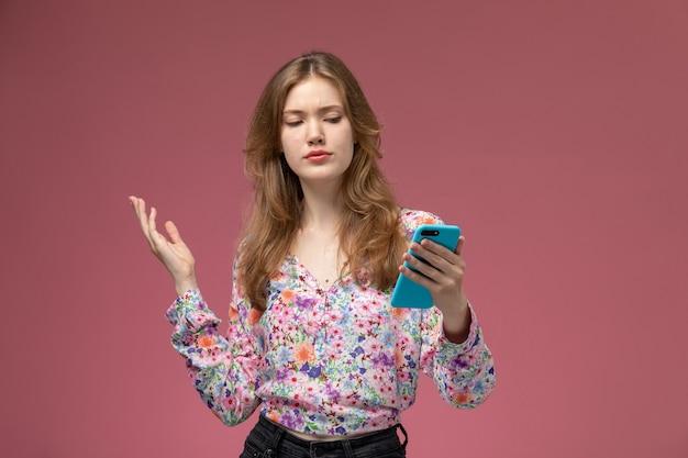 Vue de face, la jeune femme n'aime pas traîner sur internet