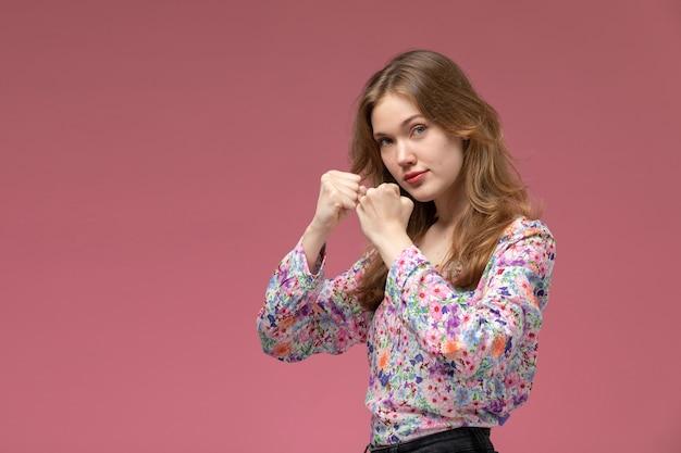 Vue de face jeune femme offrant pour match bax