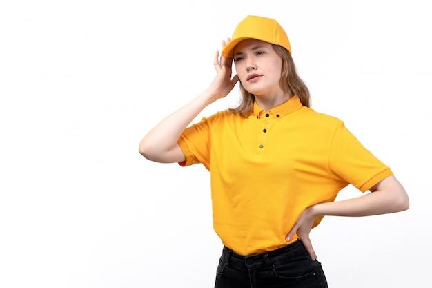 Une vue de face jeune femme ouvrière de messagerie du service de livraison de nourriture en pensant profondément sur blanc