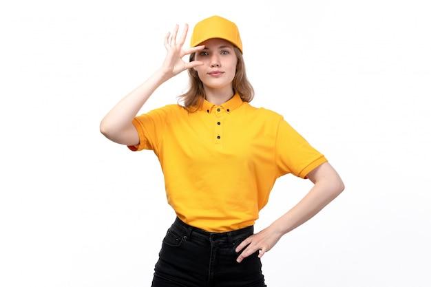 Une vue de face jeune femme ouvrière de messagerie de service de livraison de nourriture souriant montrant la taille posant sur blanc