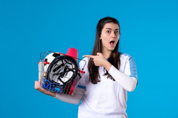 Vue De Face Jeune Femme Avec Panier Plein De Choses De Sport Mur Bleu Photo Premium