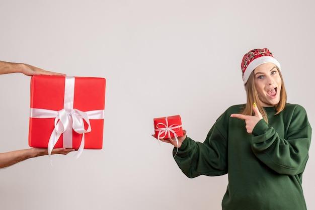 Vue de face jeune femme avec peu de cadeau et acceptant un cadeau masculin