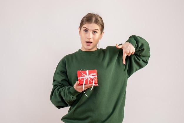 Vue de face jeune femme avec peu de cadeau de noël