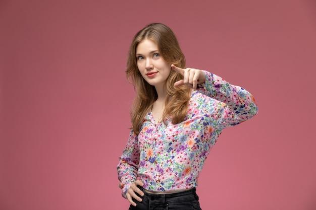Vue de face jeune femme posant comme une célébrité