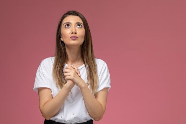 Vue de face jeune femme priant