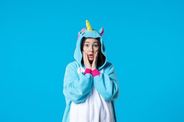 Vue de face jeune femme en pyjama party sur fond bleu couleur sommeil fin fun nuit repos jeu amis lit rêves