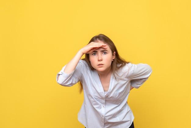 Vue de face d'une jeune femme regardant à distance