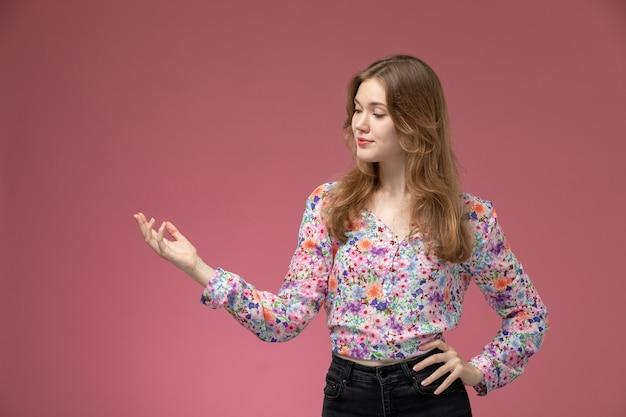 Vue de face jeune femme regardant ses doigts