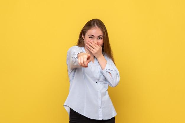 Vue de face d'une jeune femme riant