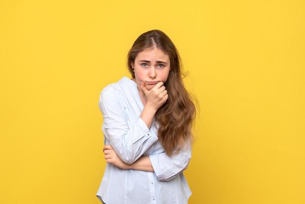 Vue de face de la jeune femme s'ennuie