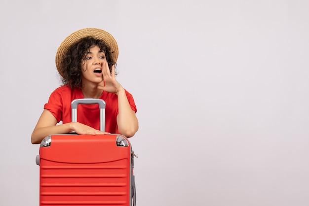 Vue de face jeune femme avec sac rouge se préparant au voyage sur fond blanc soleil voyage avion vol vacances touristiques couleur reste