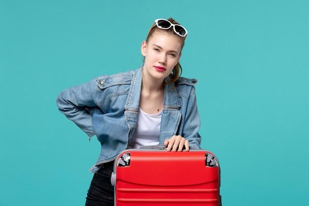 Vue de face jeune femme se préparant pour des vacances sur l'espace bleu