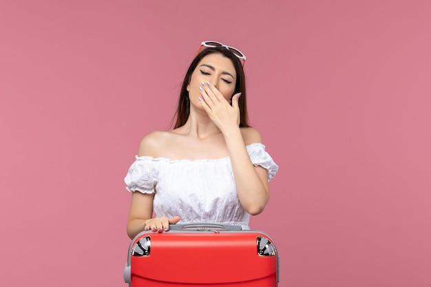 Vue de face jeune femme se préparant pour le voyage et le bâillement sur fond rose voyage voyage voyage à l'étranger voyage mer