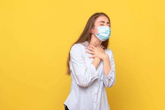 Vue de face d'une jeune femme souffrant de troubles respiratoires