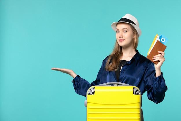 Vue De Face Jeune Femme Tenant Des Billets Et La Préparation Pour Les Vacances Sur Le Fond Bleu Voyage Mer Vacances Voyage Avion Voyage Photo gratuit