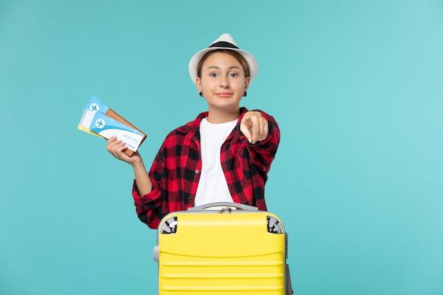 Vue de face jeune femme tenant un portefeuille avec des billets sur l'espace bleu
