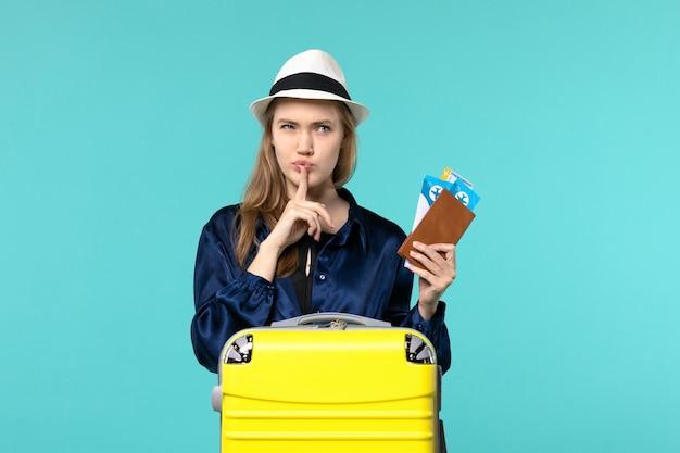Vue De Face Jeune Femme Tenant Ses Billets Et Se Préparant Pour Le Voyage Sur Le Fond Bleu Voyage Voyage Avion Mer Vacances Voyage Photo gratuit