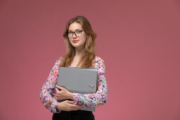 Vue de face jeune femme tenant son document