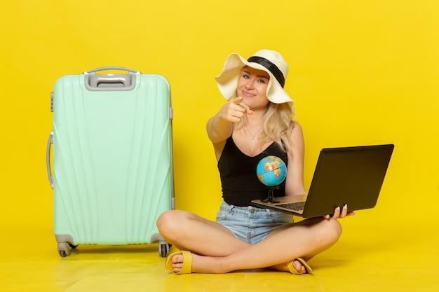 Vue de face jeune femme tenant son ordinateur portable
