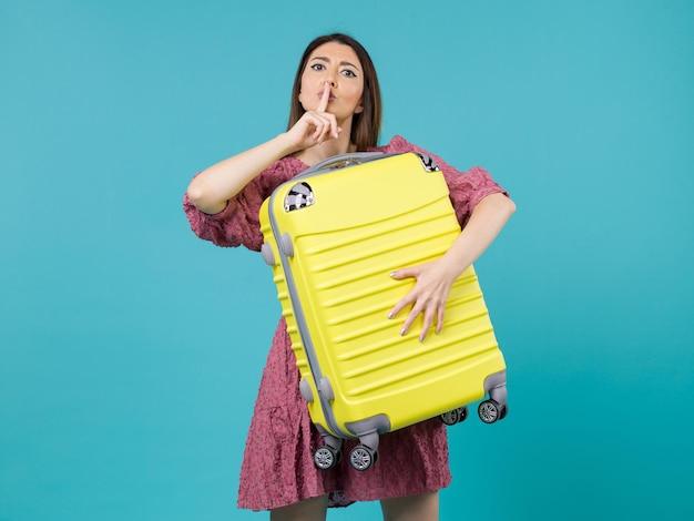 Vue de face jeune femme en vacances et tenant un gros sac sur le fond bleu voyage vacances voyage femme mer à l'étranger