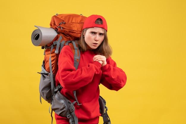Vue de face jeune femme voyageur avec sac à dos prêt à se battre