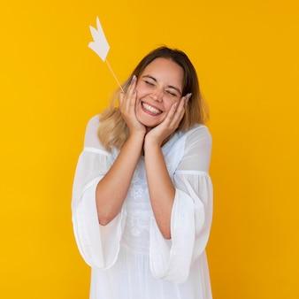 Vue de face d'une jeune fille portant un concept de couronne