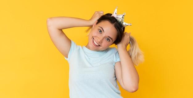 Vue de face d'une jeune fille portant une couronne avec espace copie