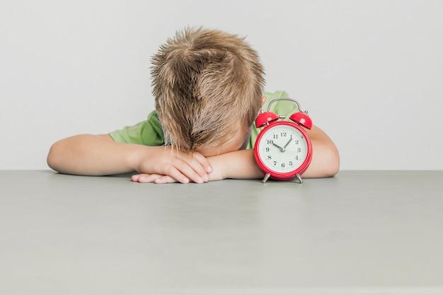 Vue de face jeune garçon très fatigué