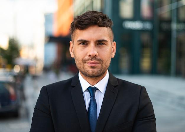 Vue de face jeune homme d'affaires en vêtements de bureau