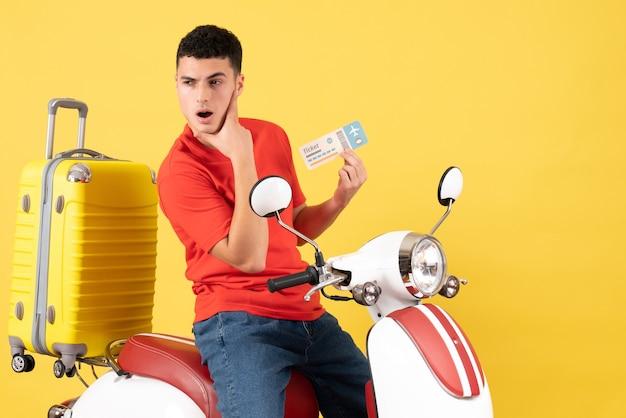 Vue de face jeune homme dans des vêtements décontractés sur un billet de tenue de cyclomoteur