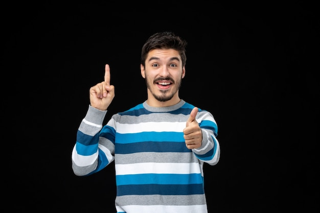 Vue de face jeune homme en jersey rayé bleu