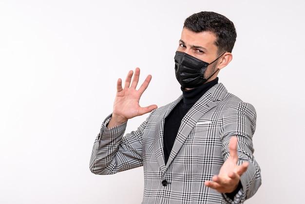 Vue de face jeune homme avec masque noir debout sur fond blanc isolé
