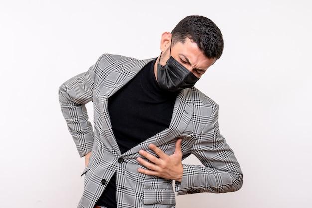 Vue de face jeune homme avec masque noir tenant son dos debout sur fond blanc isolé